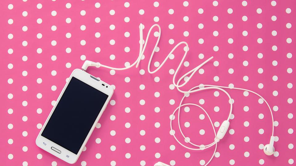 4 начина как да почистим телефона и слушалките си (с продукти, които така или иначе имаме вкъщи)