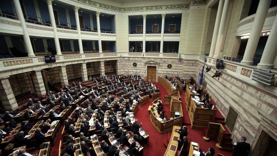 Размирици пред парламента в Гърция