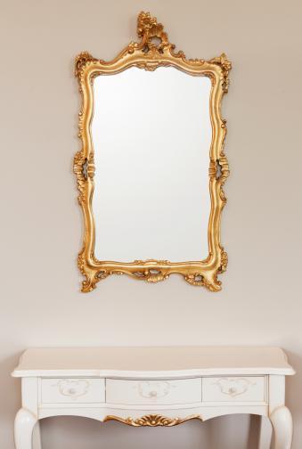 Голямо и пищно огледало, което има по-голяма рамка. Французите обичат детайлите, затова ако имате такова огледало в стаята, намалете останалите декоративни вещи, за да не изглежда претрупано и кичозно.