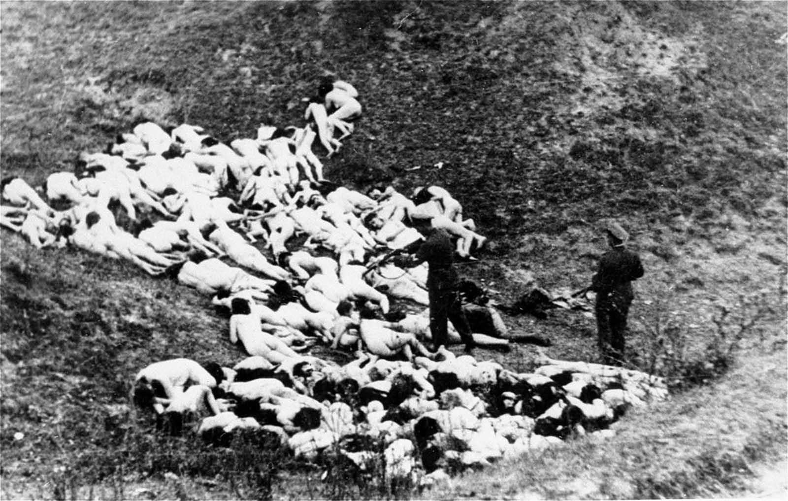 Германски военни разстрелват еврейски жени в Украйна.