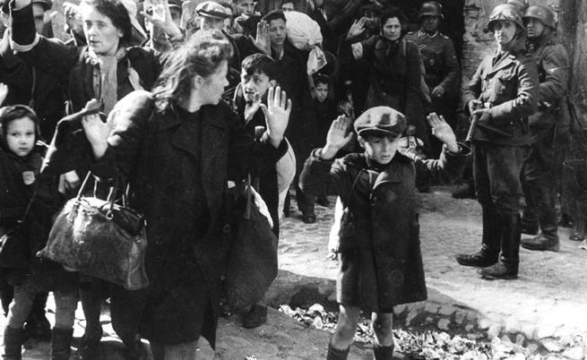 19 април 1943 г.: Група евреи, сред които и малко момче, са отведени от Варшавското гето от германски военни.