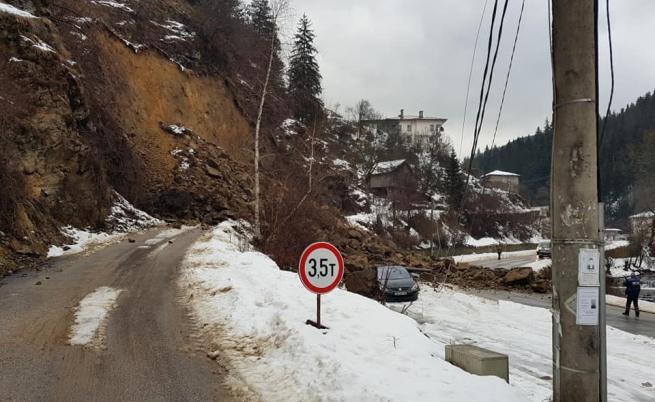 Скали затрупаха кола, стотици без ток, опасността остава