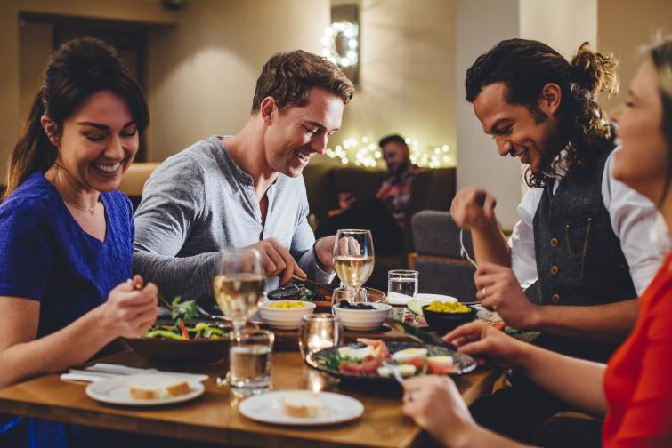 Яжте в добре осветено пространство. Проучване, проведено в Щатите показва, че хората, които се хранят в добре осветени помещения поемат по-малко калории и избират по-здравословни храни.