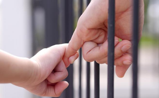 Стотици деца живеят в затворите в Турция