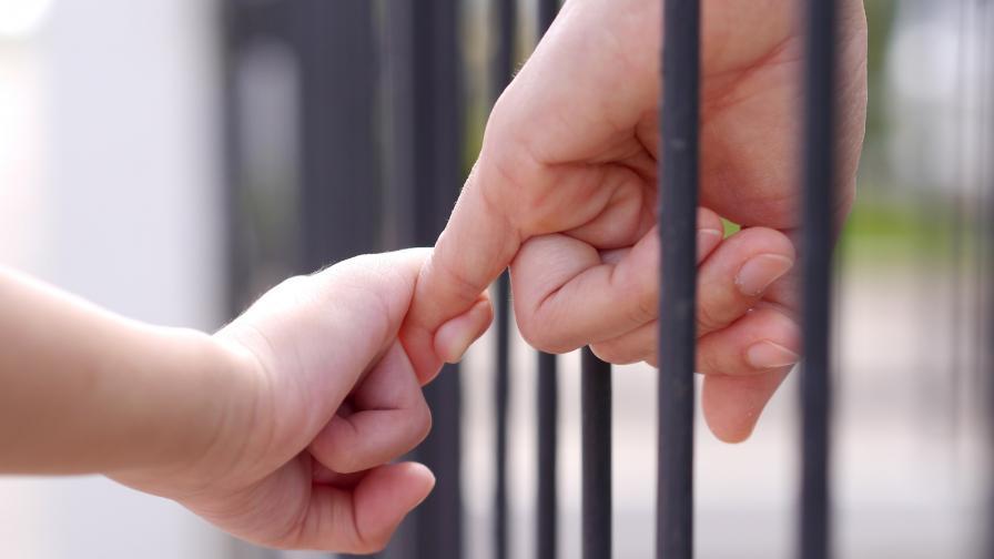<p>Стотици деца живеят в затворите в Турция</p>
