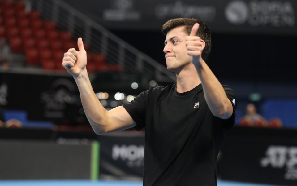 Лазаров на полуфинал в Бургас
