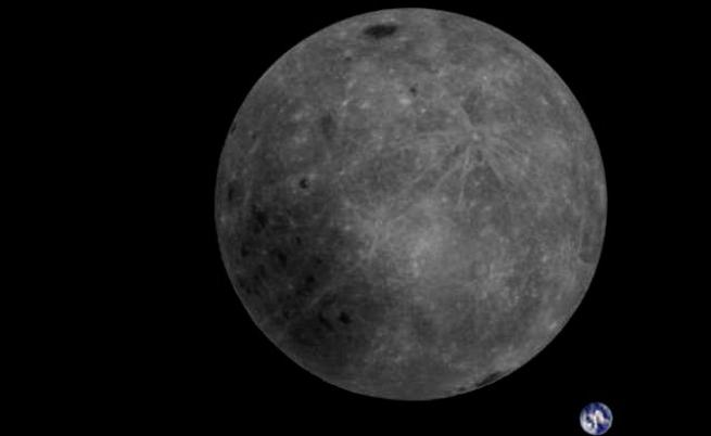 Обратната страна на Луната и Земята в един кадър