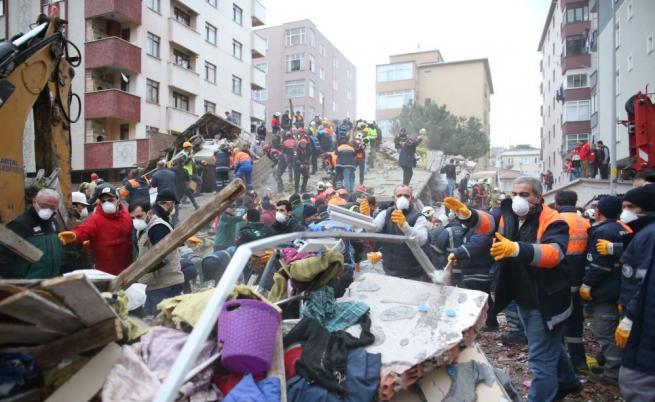 Жилищна сграда рухна в Истанбул, жертви и ранени