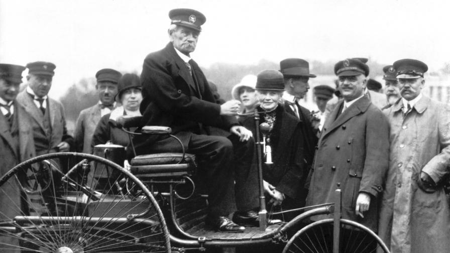 Карл Бенц управлява оригиналната версия на автомобила си по време на демонстрация през 1925 г.