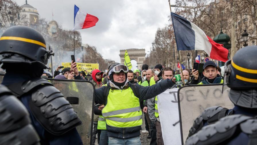 <p>Граната откъсна ръката на протестиращ</p>