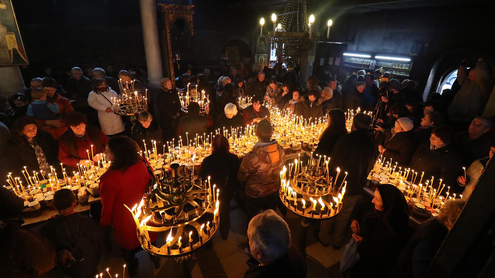 """Стотици буркани с мед, подредени във формата на кръст, бяха осветени днес в черквата """"Въведение Богородично"""" в Благоевград"""