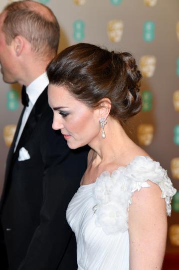 <p>Херцогинята на Кеймбридж за пореден път доказа, че е достойна да бъде наречена &quot;отличничка на&nbsp;стила&quot; след като буквално засенчи холивудските звезди на червения килим на наградите БАФТА.</p>  <p>72-рите награди на Британска академия за филмово и телевизионно изкуство, които се раздадоха на 10 февруари в Лондон, посрещнаха в Роял Албърт Хол множество знаменити гости.</p>  <p>Една от най-запомнящите се и привлекателни визии бе именно тази на херцогиня Катрин. Тя бе заложила на рокля на Алекзандър Маккуин с една презрамка, обувки Джими Чу, обици, които някога са били притежание на принцеса Даяна и гривна от колекцията бижута на самата кралица Елизабет II.</p>