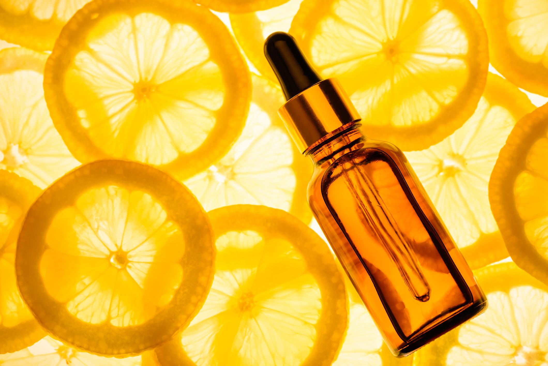 Витамин С е антиоксидант, който също помага за възстановяването на кожата. Той се бори със свободните радикали и озарява тена на кожата. Разбира се, помага и на раните да зараснат така, че да остане почти незабележим белег.