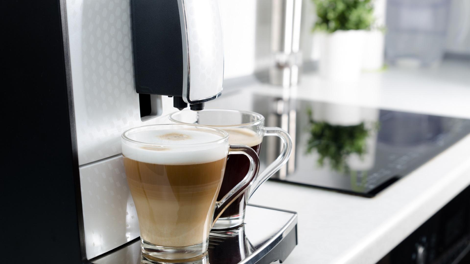 <p>Нашите кафеварки често са забравени, когато става дума за чистене кухнята, но тази любима малка машина е друг &quot;терен&quot; за микроби, особено във вътрешността на резервоара за вода. Ето защо не трябва да забравяме машината за кафе.</p>