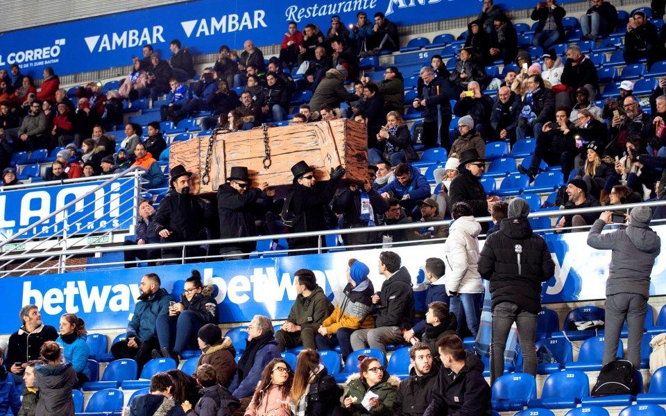 Символично погребение от феновете на Алавес