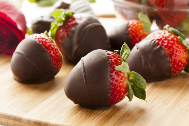 Време е за десерти! Пригответе двайсетина ягоди, измийте ги и ги оставете да изсъхнат. В дълбок тиган разтопете половин купичка шоколад, натурален е за предпочитане, с 1 ч.л. олио. Разбърквайте непрестанно. Когато шоколадът се разтопи напълно, потопете всяка една ягода до половината в разтопената смес. След това ги наредете в тава и ги оставате да стегнат за около 30 минути в хладилника. После сервирайте. За да избегнете разтопяването на шоколада, съхранявайте ягодите в хладилника.