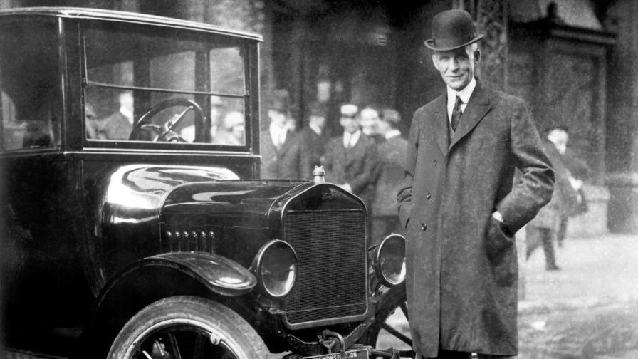 Хенри Форд позира до Model T от 1921 г.