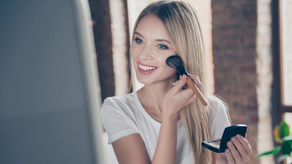 Как да нанасяте пудрата за озаряваща кожа