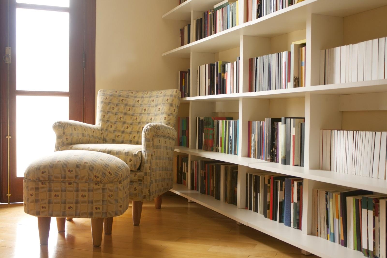 Библиотеката: подредбата на книгите в дома означава много, смятат интериорните дизайнери.Книги, натрупани в купчини, например, показва, че никой не ги чете и те са там като декорация.