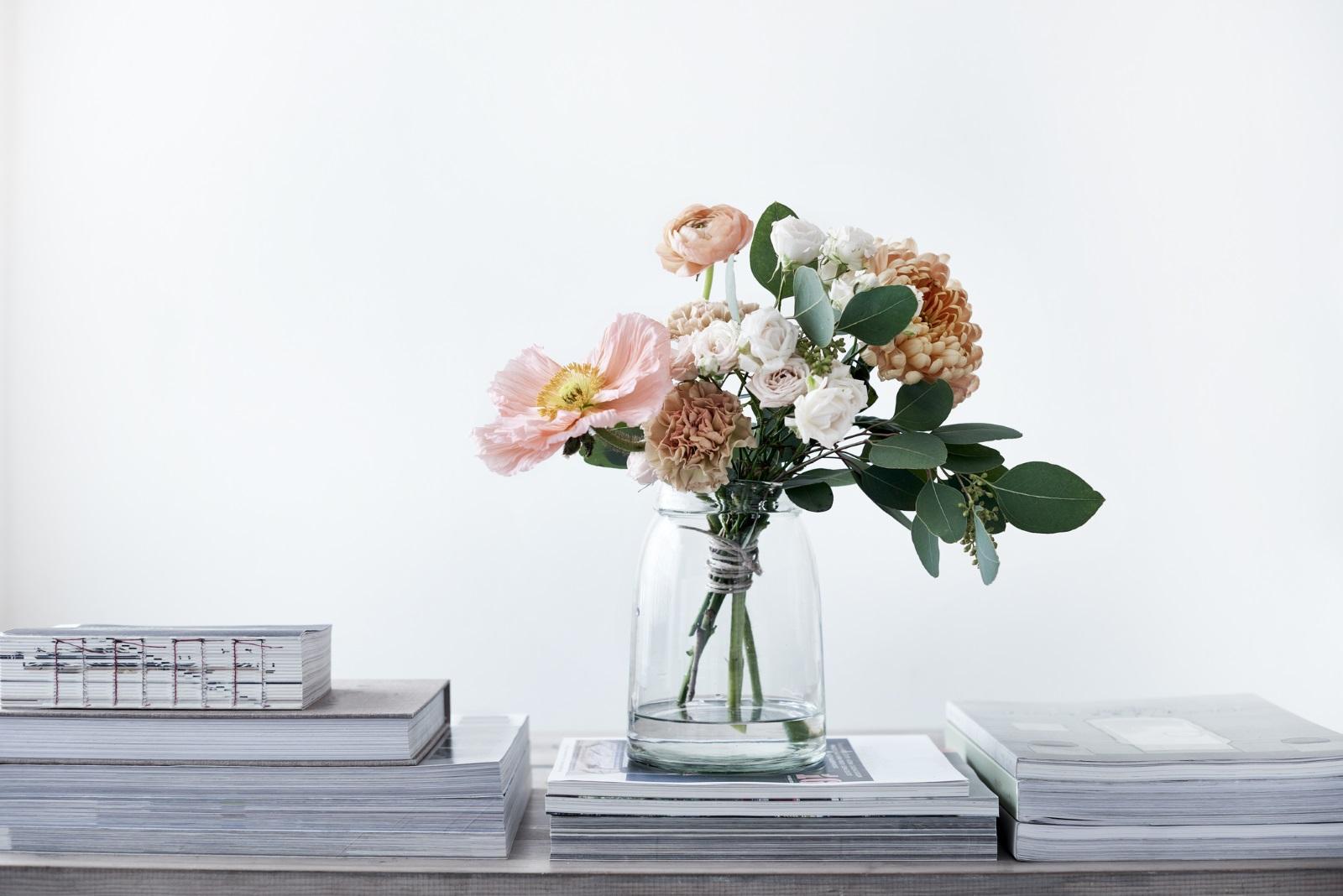 Липсата на цветя: според специалистите малките неща превръщат едно пространство в дом. Като цветята например. Не забравяйте и метода на скандинавците -скоглуфт, според който живите растения са задължителни във всеки дом или офис, ако искаме да се чувстваме добре.