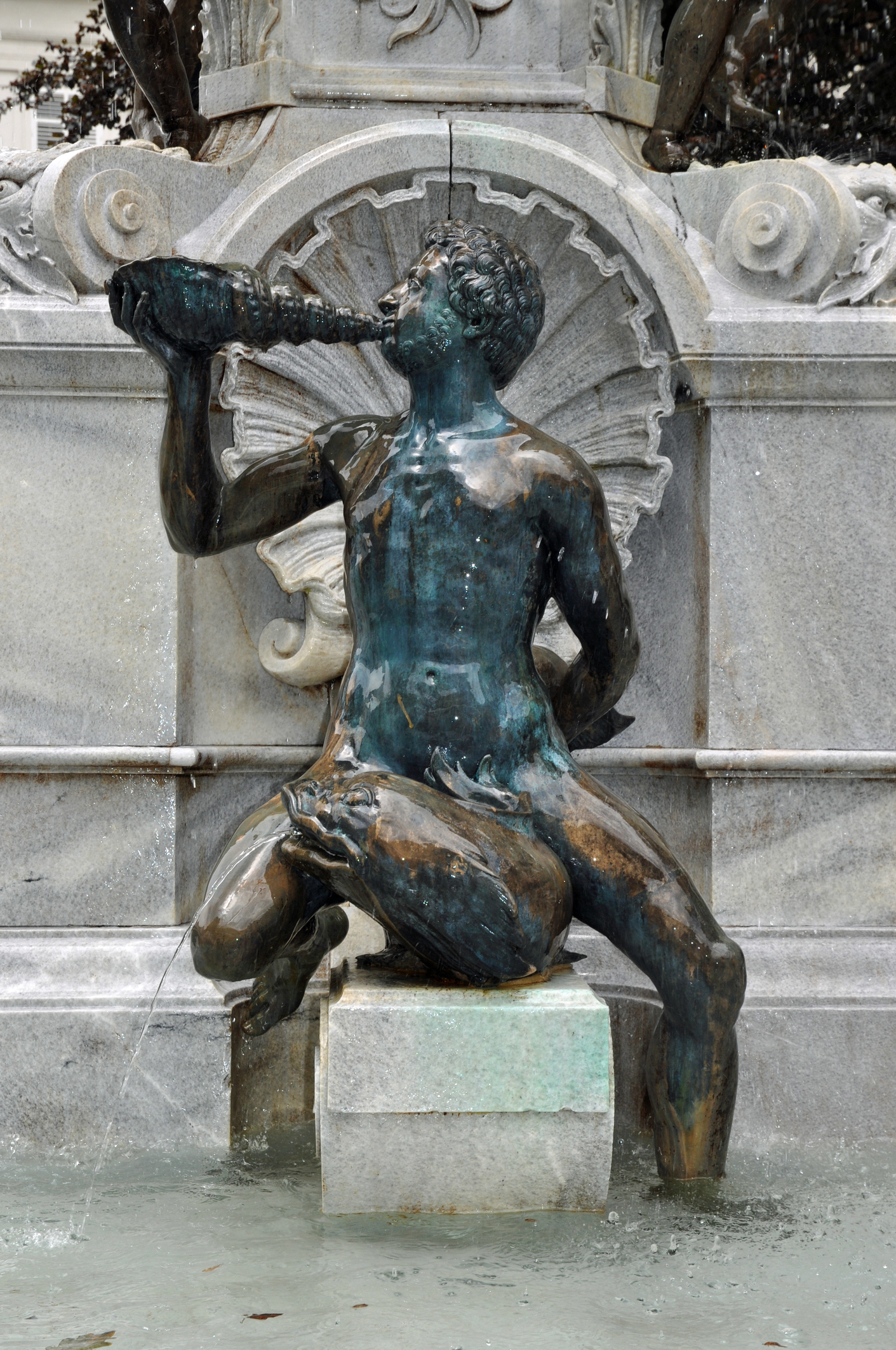 Фонтан Леополд, Инсбрук.Вярва се, че трябва да потъркате крака във фонтана Леополд, за да се сбъдне желанието ви.