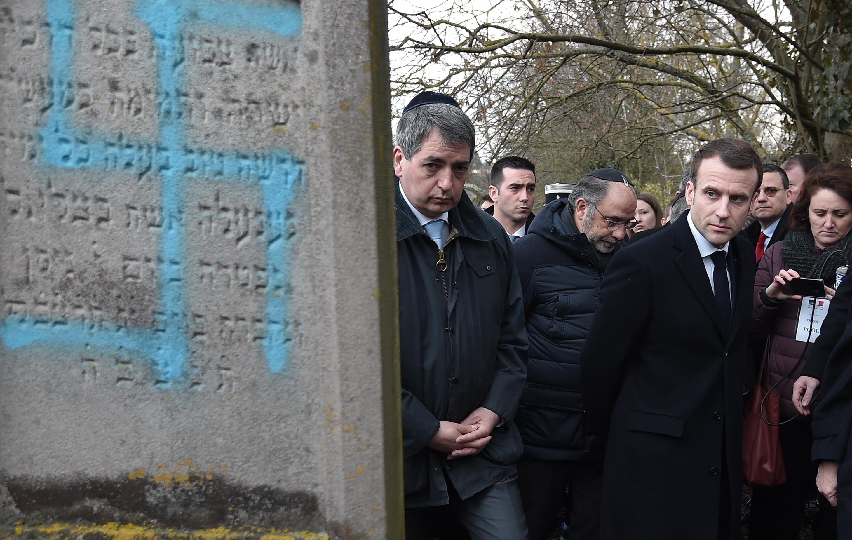 Кулминацията бе достигната, след като вандали надраскаха със свастики и антиеврейски лозунги десетки еврейски гробове в източната част на страната