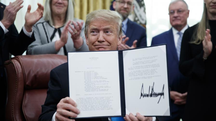 <p>Тръмп нареди създаването на<strong>космически войски</strong></p>