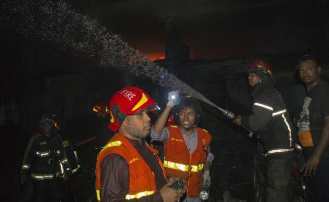 Десетки жертви на пожар в Бангладеш