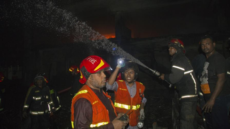 <p>Десетки жертви на пожар в Бангладеш</p>