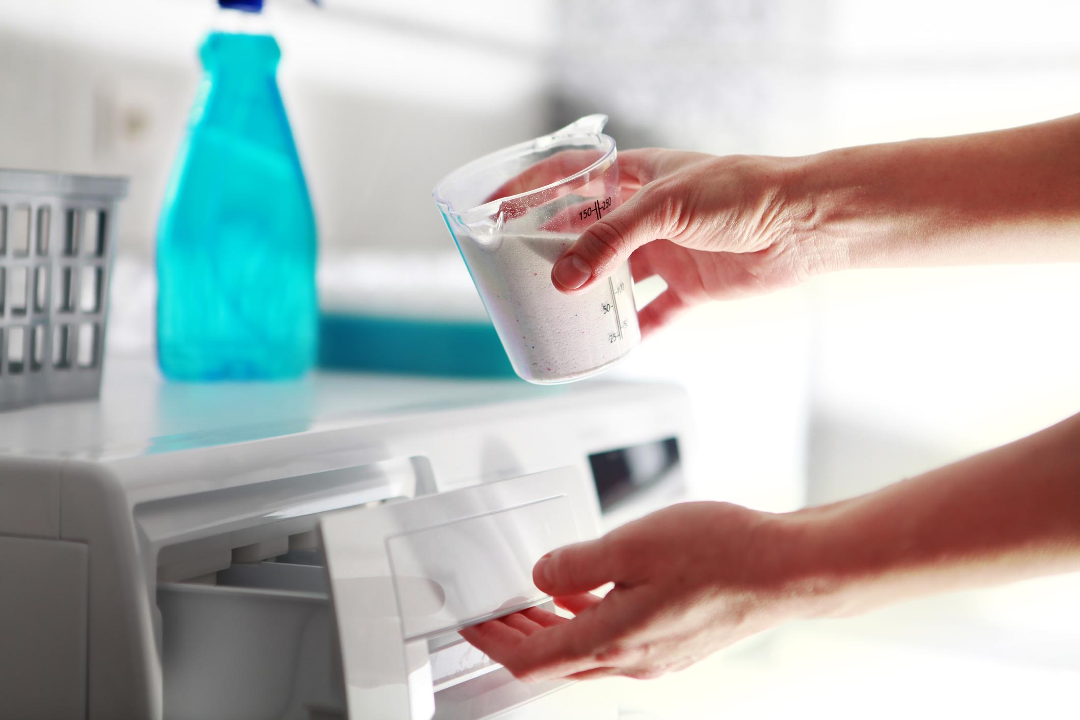 Пълни капачки с прах за пране<br /> Намалете количеството перилен препарат. Експертите разясняват, че прането с твърде много прах може да доведе до това, дрехите ни да останат по-мръсни. На едно стандартно пране се препоръчва по-малко от капачка.