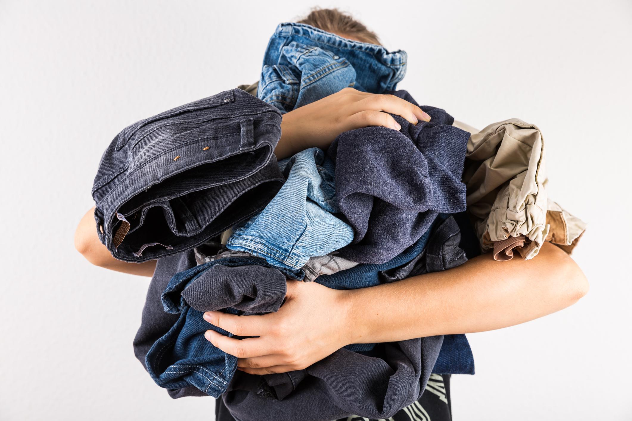 Дънките и пералнята<br /> Много хора перат дънките си по-рядко от останалите дрехи, за да не изсветляват бързо. Въпреки това те трябва да се перат. Когато перете дънки, обърнете ги наобратно, използвайте студена вода и задължително ги закачайте да се сушат.