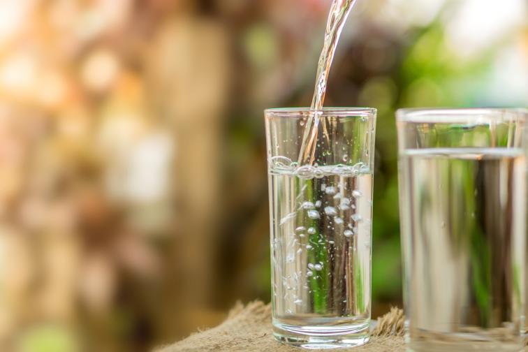 Дръжте винаги вода наблизо.Добра идея е да държите винаги една бутилка, пълна с вода, набюротоси, когато работите, или да я носите в чантата си по време на пътуване.Оставете бутилка с вода близо до леглото си, в случай че ожаднеете през нощта. Ще пиете малко повече вода, ако тя е непрекъснато в полезрението ви.