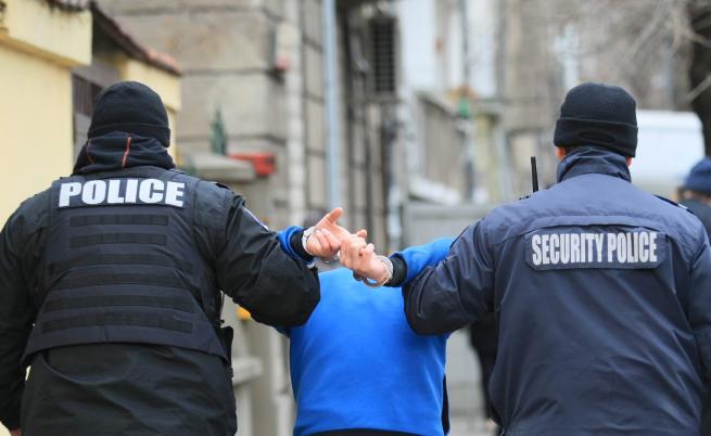 """Ранени полицаи след сблъсъци до """"Васил Левски"""""""