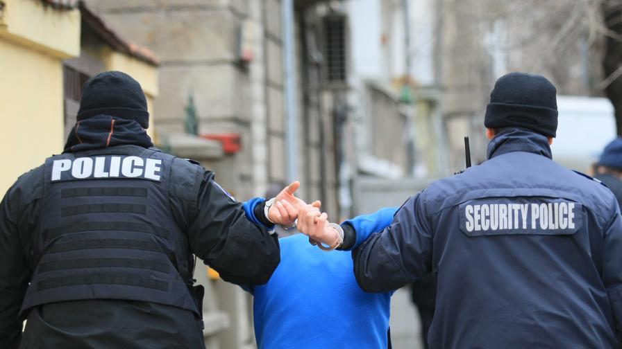 <p>Ранени полицаи след сблъсъци до &bdquo;Васил Левски&ldquo;</p>