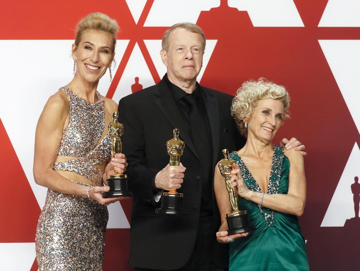 """В категорията за грим и прическа, наградата отива при гримьорите и фризьорите Грег Канъм, Кейт Биско и Патриша Деханей за работата им по филма на Адам Маккей """"Вице""""."""