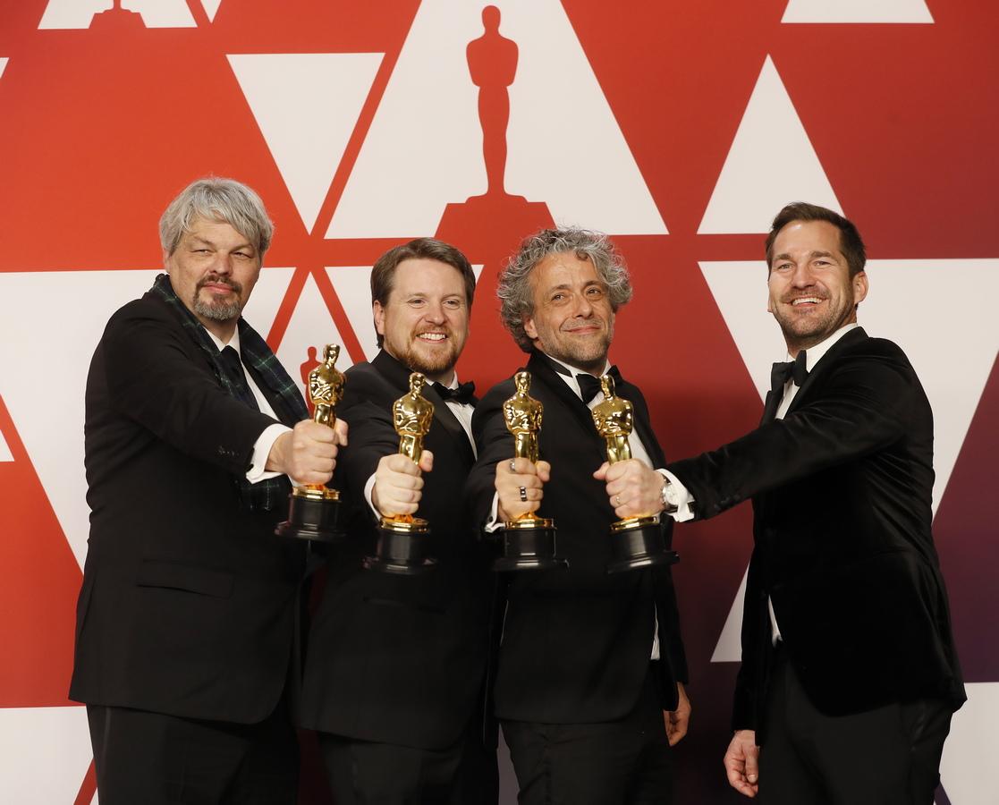 """В категорията за най-добри визуални ефекти статуетката взе """"Първият човек"""". Това е втори """"Оскар"""" за Пол Ламбърт, Иън Хънтър, Тристан Майлс и Дж. Д. Шуалм."""