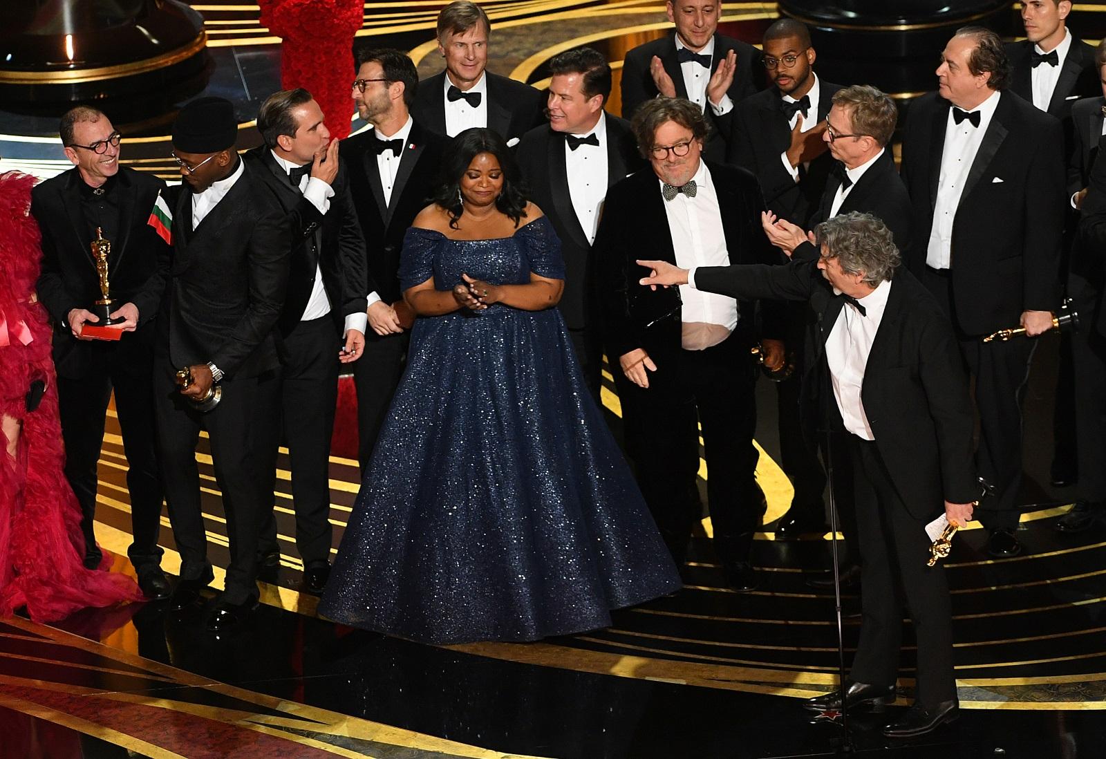 """""""Зелената книга"""" взе Оскар за най-добър филм. На сцената излезе целият актьорски екип, част от който е и българинът Димитър Маринов, който излезе с българския флаг."""