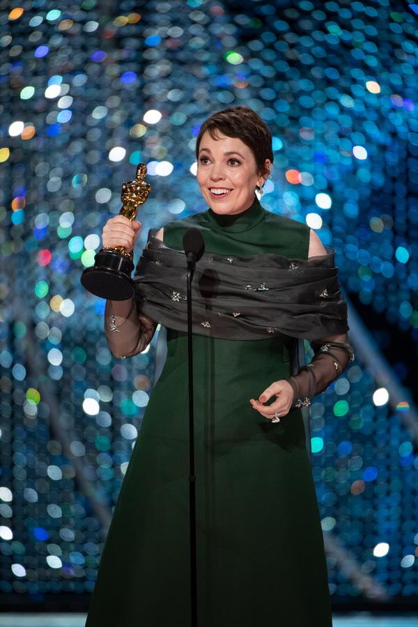 """Оливия Колман взе """"Оскар"""" за главна женска роля за ролята ѝ на кралица Анна във Фаворитката"""
