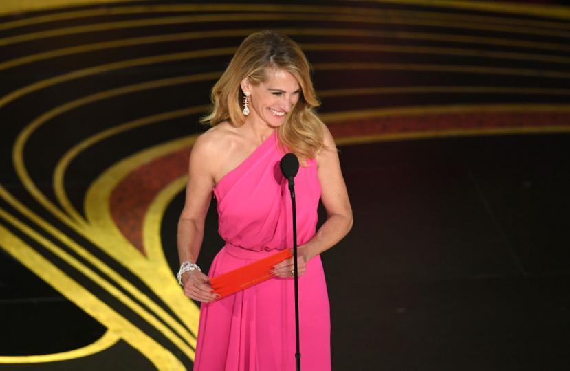 <p>Джулия Робъртс плени сърцата ни с най-запомнящата се визия на наградите &quot;Оскар&quot;</p>