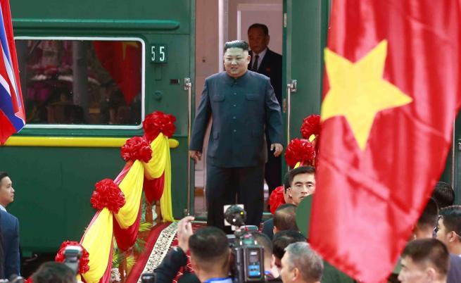 Ким пристигна с брониран влак за срещата с Тръмп