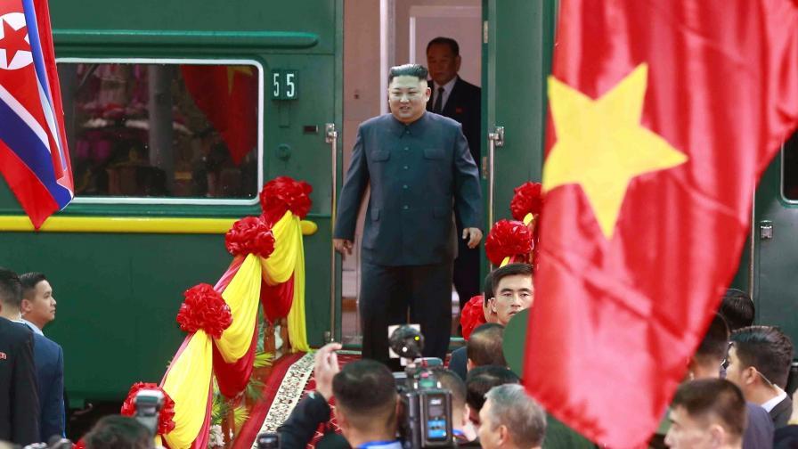 Ким Чен-ун пристигна с брониран влак във Виетнам
