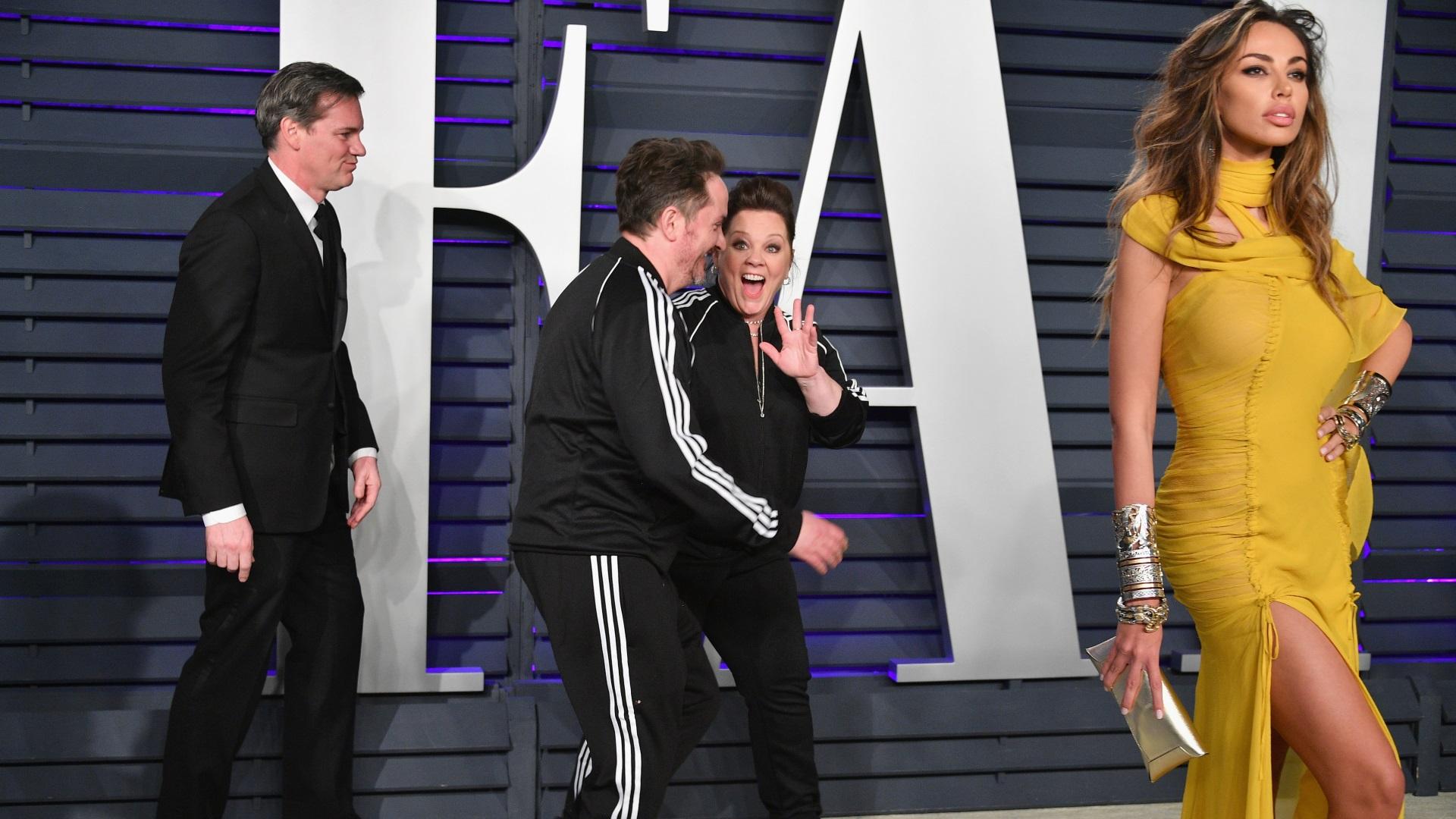 """Освен по червения килим за наградите """"Оскар"""", знаменитостите имаха възможност да разходят тоалети и на партитата след церемонията за престижните киноотличия. И както на самото наградно шоу, така и на последвалите го празненства, звездите демонстрираха както изисканост и стил, така и очебийна липса на вкус. Вижте снимки от партито на сп. """"Венити феър""""."""