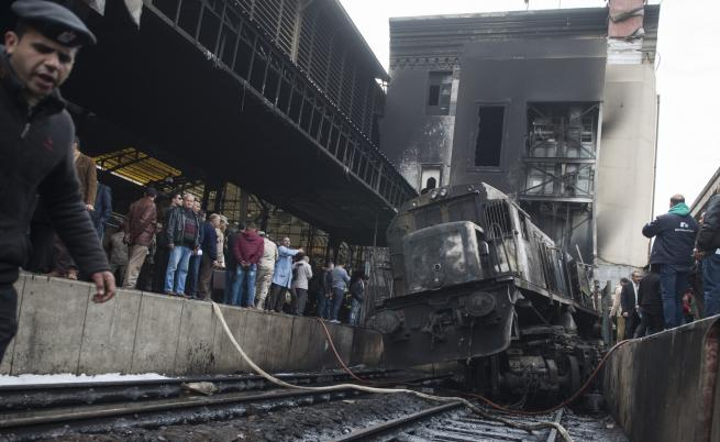 Локомотив избухна на гарата в Кайро, десетки жертви