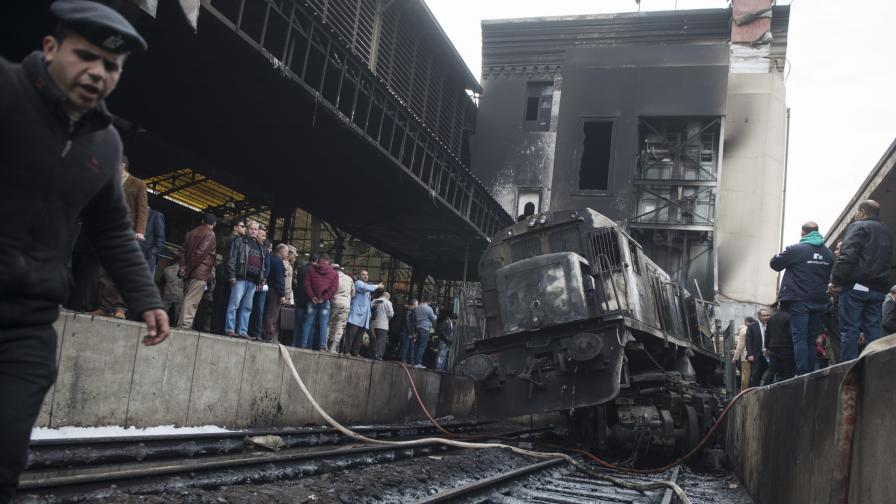 <p>Локомотив избухна на гарата в Кайро, десетки жертви</p>