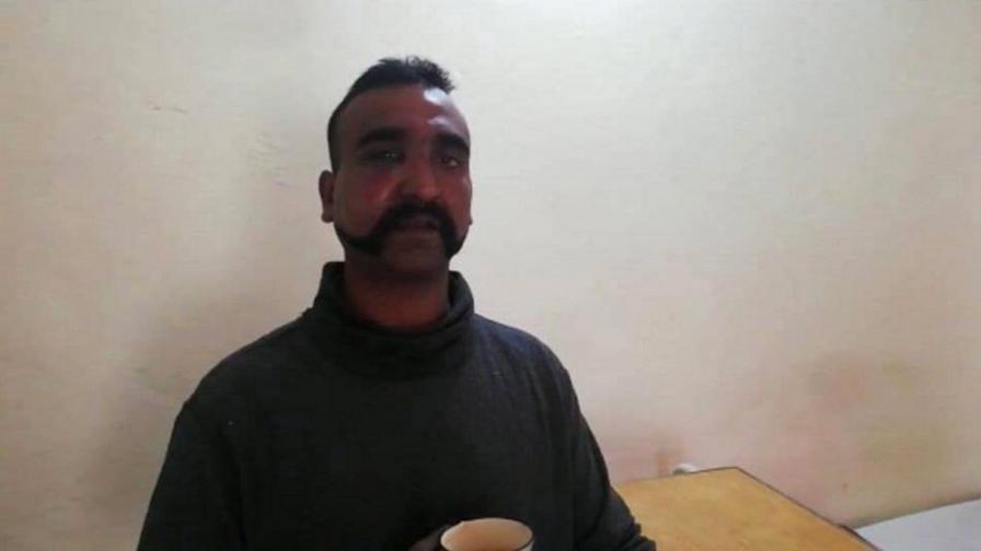 Плененият индийски пилот