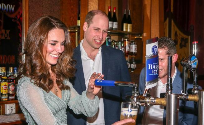 Принц Уилям и Кейт Мидълтън наливаха бира в бар