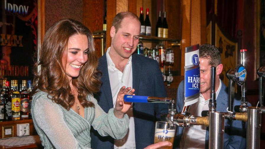 <p>Уилям и Кейт <strong>наливаха бира в бар</strong> (СНИМКИ)</p>