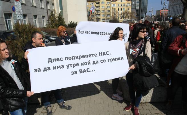 Министърът обеща да вдигне заплатите след протеста на сестрите