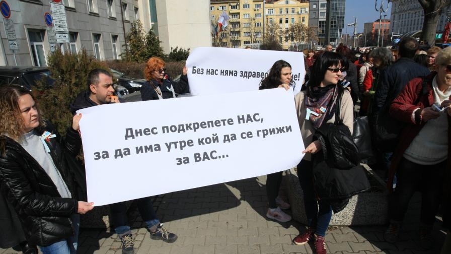<p>Министърът обеща да вдигне заплатите след протеста на сестрите</p>