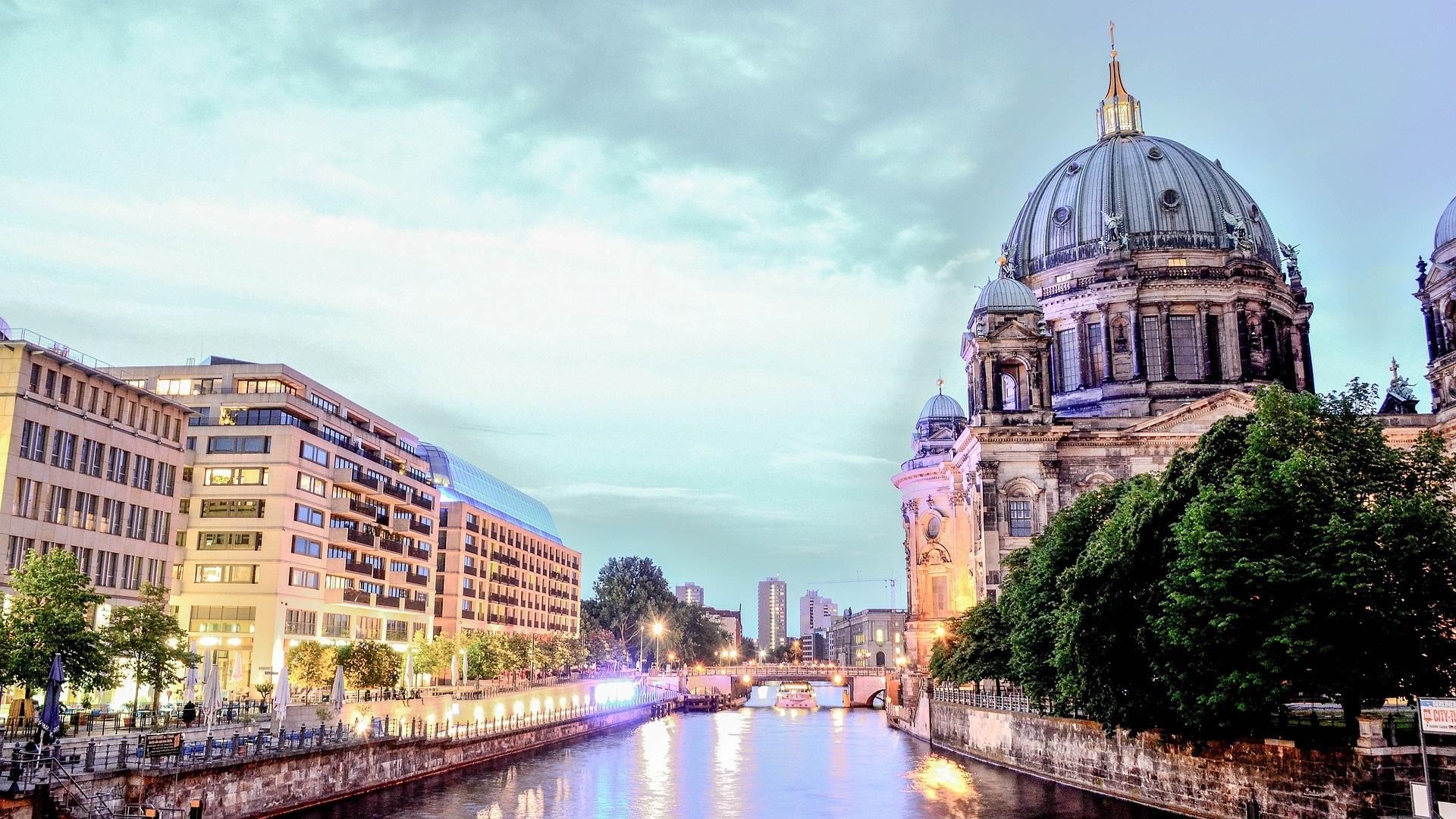 Берлин, Германия<br /> <br /> Тази година в Берлин ще бъде отбелязана 30-та годишнина от падането на берлинската стена, а културният календар на германската столица ще отрази възраждането след обединението. Това само ще допълни богата палитра от исторически значими събития, свързани с града.
